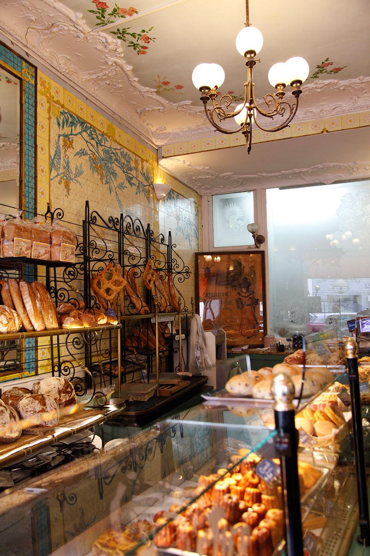 http://pariscapitale.com/wp-content/uploads/2016/01/moulin-vierge-cafe-paris.jpg