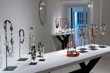 Frédérique Mattei expose ses bijoux à la Clara Scremini Gallery