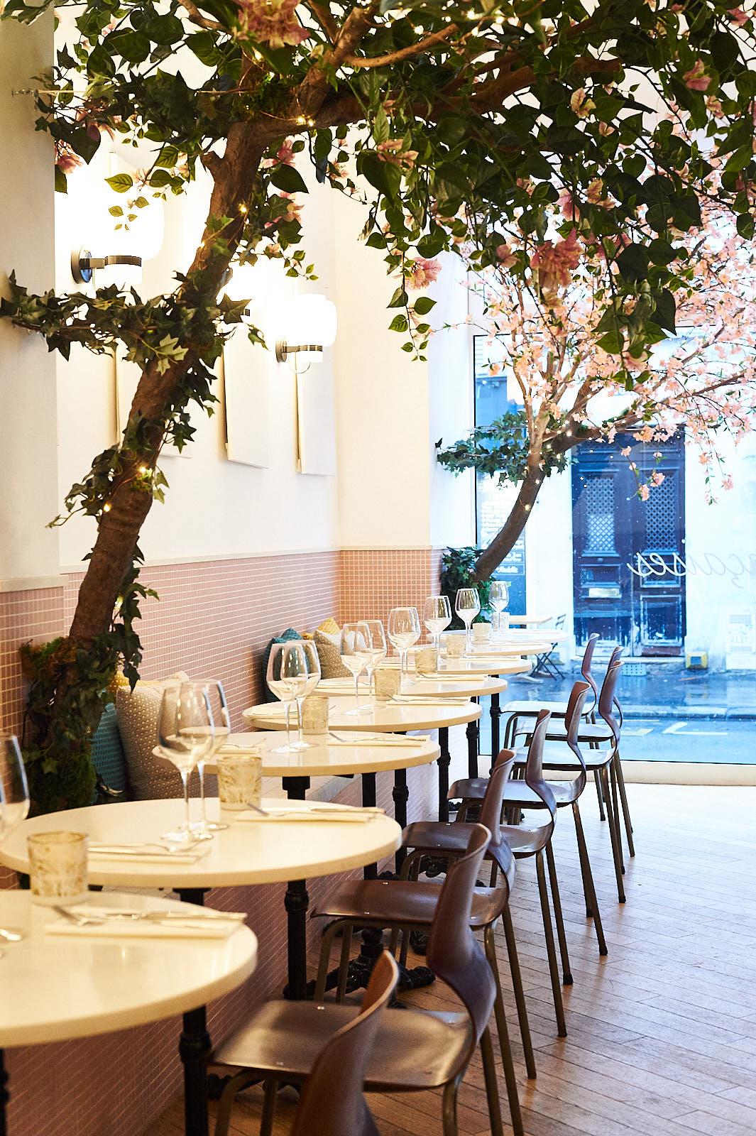 restaurant tendance les fran aises 17e paris capitale. Black Bedroom Furniture Sets. Home Design Ideas
