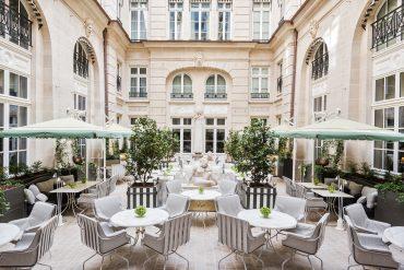 L'Hôtel de Crillon dévoile ses trois espaces extérieurs pour les beaux jours